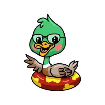 Mignon petit dessin animé de canard flottant sur l'anneau de piscine gonflable