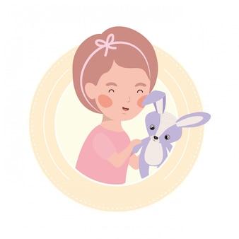 Mignon petit enfant jouant avec un bel animal