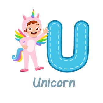 Mignon petit enfant porter un costume pour apprendre l'alphabet