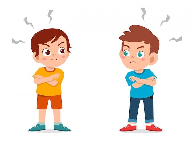 Mignon petit garçon enfant en colère les uns contre les autres