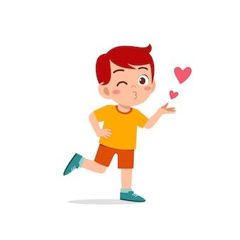 Mignon petit garçon enfant montre l'amour et l'expression de pose de baiser