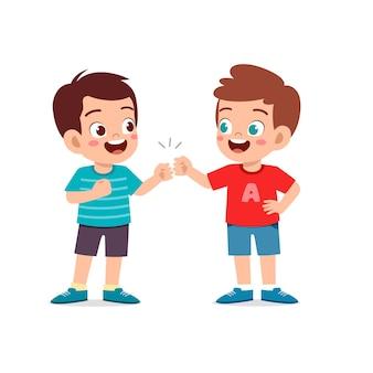 Mignon petit garçon fait un poing avec son ami