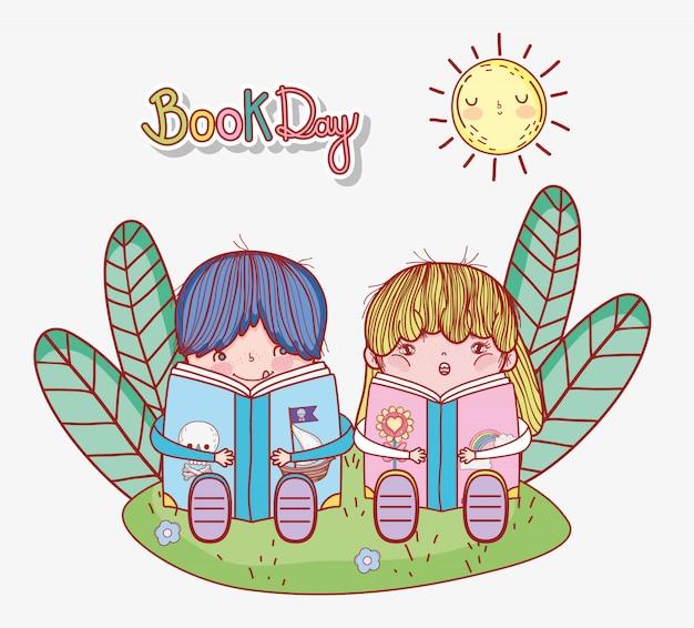 Mignon petit garçon et fille assise lisant des livres dans l'herbe