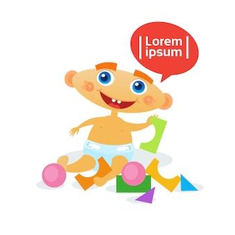 Mignon petit garçon jouant avec des jouets