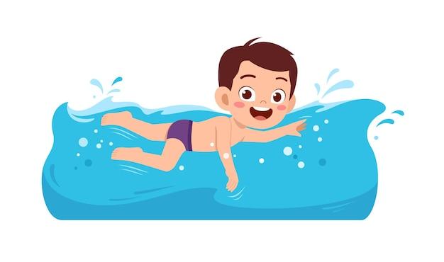 Un mignon petit garçon nage sous l'eau pendant les vacances d'été