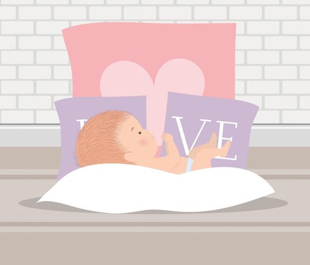 Mignon petit garçon avec des oreillers