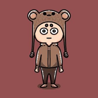 Mignon petit garçon portant un costume d'ours
