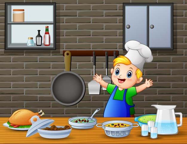 Mignon petit garçon en tablier et une toque prépare des plats
