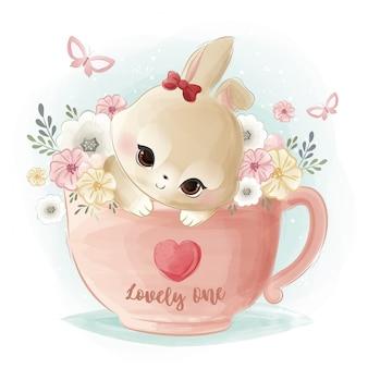 Mignon petit lapin sur une tasse de thé