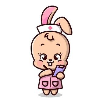 Mignon petit lapin en uniforme d'infirmière écrit à l'aide d'un stylo mascotte de dessin animé