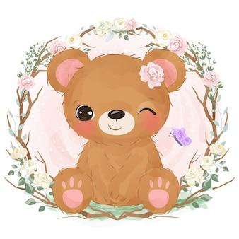 Mignon petit ours jouant dans le jardin