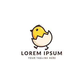 Mignon petit poulet avec le logo de l'oeuf