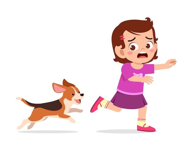Mignonne petite fille effrayée car poursuivie par un mauvais chien