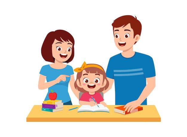 Mignonne petite fille étudie avec la mère et le père à la maison ensemble
