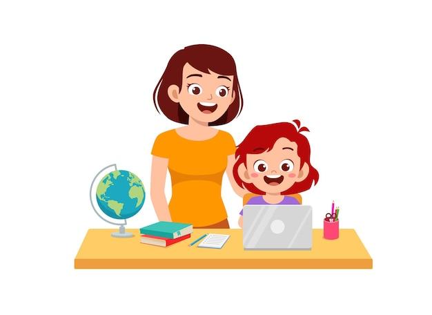Mignonne petite fille étudie avec sa mère à la maison ensemble