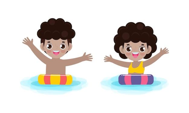 Mignons enfants afro-américains en natation et anneau en caoutchouc dans la piscine isolé sur fond blanc