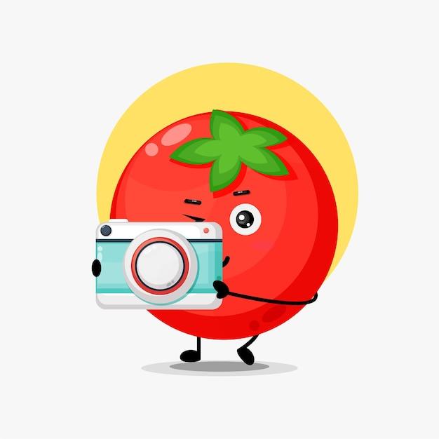 De mignons personnages de tomates deviennent photographe