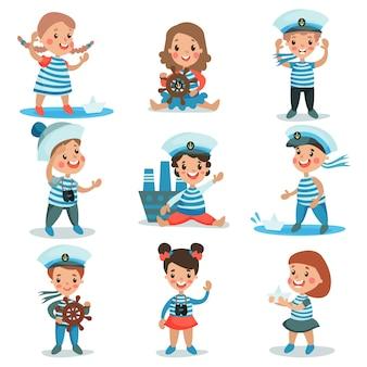 Mignons petits enfants en costumes de marins jouant et rêvant de naviguer ensemble d'illustrations colorées