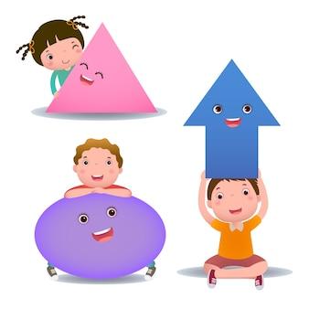 Mignons petits enfants de dessin animé avec des formes de base