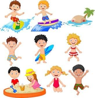 Mignons petits enfants jouant sur la plage