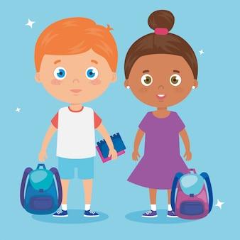 Mignons petits enfants avec sac d'école et jouets