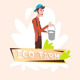Milkman farmer tenir le concept de logo eco farming pail milk