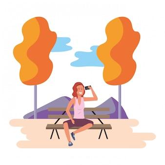 Millennial assis sur un banc de parc en plein air
