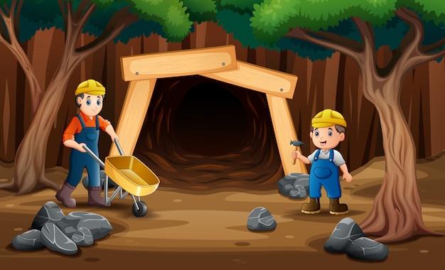 Les mineurs travaillant devant la mine de charbon