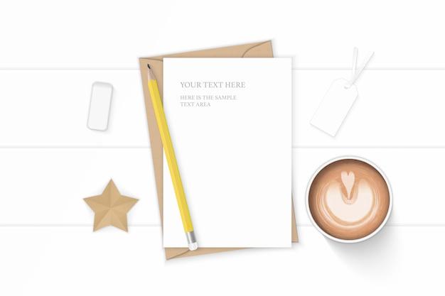 Mise à plat vue de dessus élégante composition blanche lettre kraft enveloppe de papier café crayon star artisanat et gomme sur fond de bois.