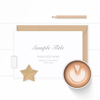Mise à plat vue de dessus élégante composition blanche papier kraft enveloppe café star artisanat et gomme à crayon sur fond de bois.