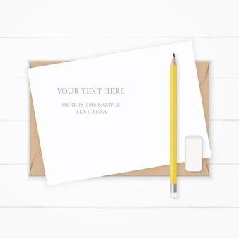 Mise à plat vue de dessus élégante composition blanche papier kraft enveloppe crayon jaune et gomme sur fond en bois.