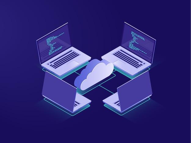 Mise en réseau avec quatre ordinateurs portables, connexion internet, stockage de données dans le cloud, salle des serveurs