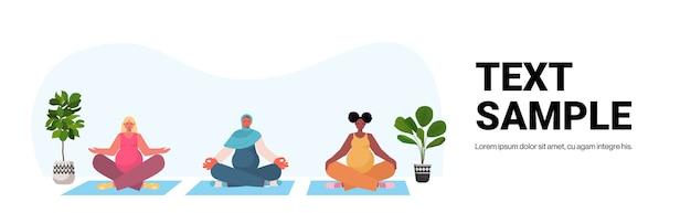 Mix race femmes enceintes faisant des exercices de fitness yoga formation concept de mode de vie sain filles méditant ensemble copy space