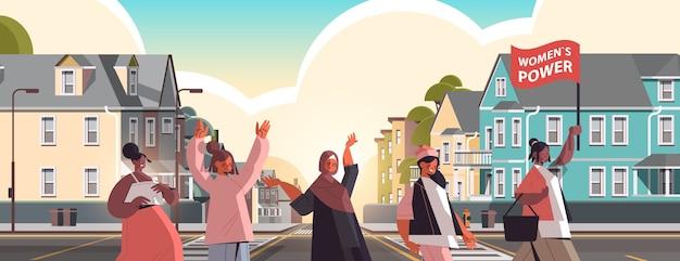 Mix race filles activistes se tiennent ensemble mouvement d'autonomisation des femmes union communautaire des femmes des féministes concept paysage urbain fond illustration vectorielle portrait horizontal