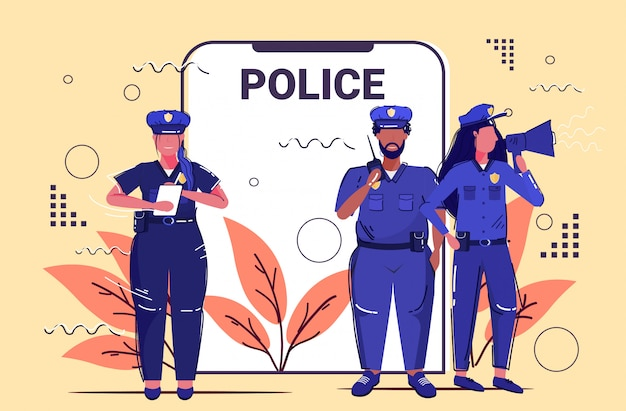 Mix race officiers de police équipe debout ensemble autorité de sécurité justice loi service concept écran smartphone application mobile en ligne