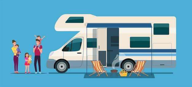 Mobil-home camping-car avec porte ouverte et auvent avec une famille en vacances.