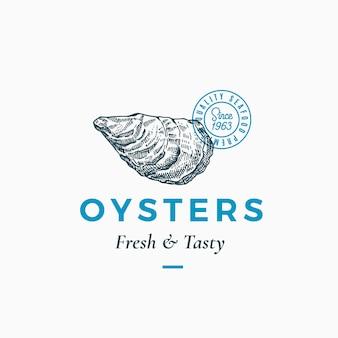 Modèle abstrait de signe, de symbole ou de logo d'huîtres fraîches et savoureuses. mollusque de crustacés dessinés à la main avec typographie classique premium et sceau de qualité. concept élégant d'emblème chic. isolé.