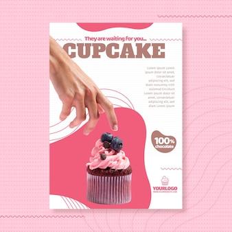 Modèle d'affiche délicieux petit gâteau