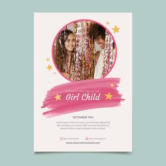 Modèle d'affiche verticale de la journée internationale de l'aquarelle de la petite fille avec photo