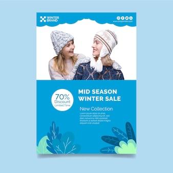 Modèle d'affiche verticale pour les soldes d'hiver avec des femmes