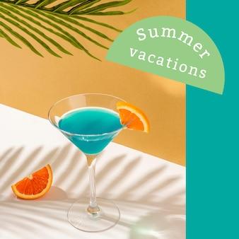 Modèle d'annonce d'ambiance estivale avec cocktail