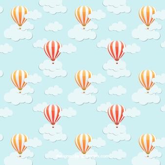 Modèle avec des ballons d'air chaud sur le ciel bleu