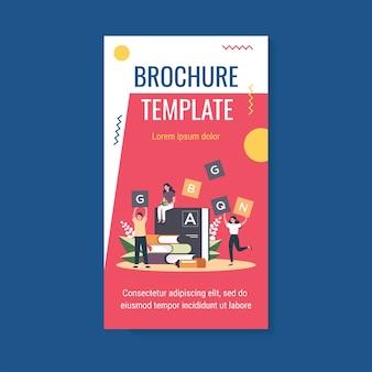 Modèle de brochure de langues minuscules près de dictionnaire d'apprentissage