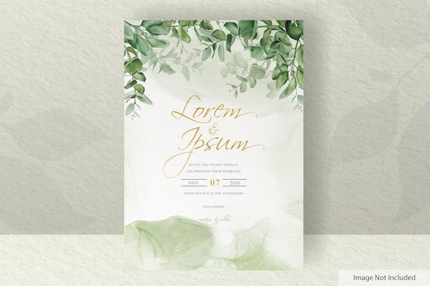 Modèle de carte d'invitation de mariage de verdure avec fond d'encre d'eucalyptus et d'alcool dessinés à la main