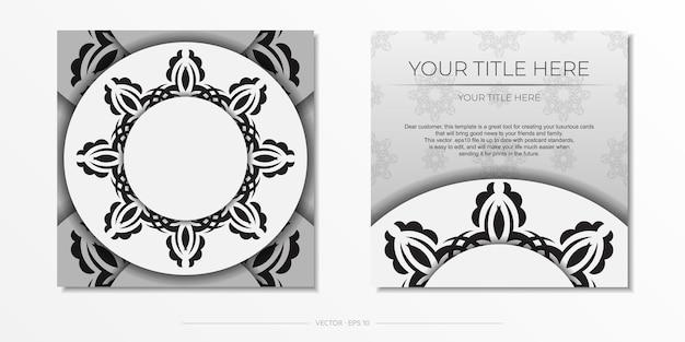 Modèle de carte postale carré blanc luxueux avec des ornements indiens vintage.