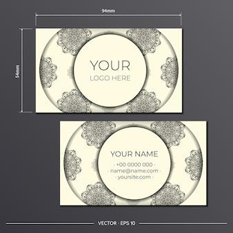 Modèle de carte de visite de couleur crème clair avec de magnifiques motifs de mandala vectoriels. conception de carte de visite prête à imprimer avec ornement monogramme.