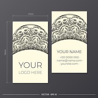 Modèle de carte de visite de couleur crème clair avec de magnifiques motifs ornementaux de mandala vectoriel. conception de cartes de visite prêtes à imprimer avec des motifs monogrammes.