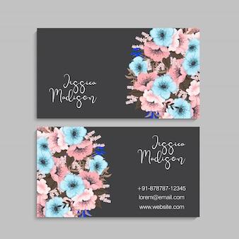 Modèle de carte de visite avec des fleurs colorées, feuille, herbe.
