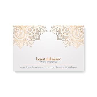 Modèle de carte de visite de luxe avec style ethnique, couleur blanche et dorée