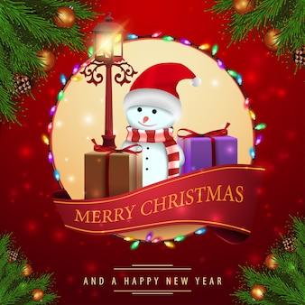 Modèle de cartes rouges de noël avec bonhomme de neige et cadeaux